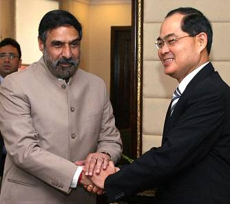 Mr. Lim Hng Kiang (right), Minister for Trade and Industry, Singapore, and Mr.  Anand Sharma, Minister of Commerce and Industry, on 11th May 2010 at New Delhi.