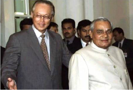 Prime Minister Goh Chok Tong with Prime Minister Atal Bihari Vajpayee in Singapore on 8th April, 2002